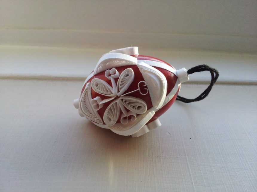 Red bauble: blown egg decorated in seasonal white quilling